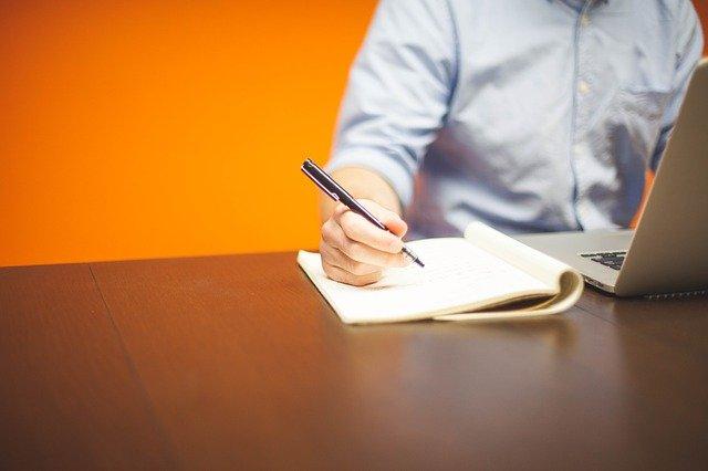 homem na mesa de negócios