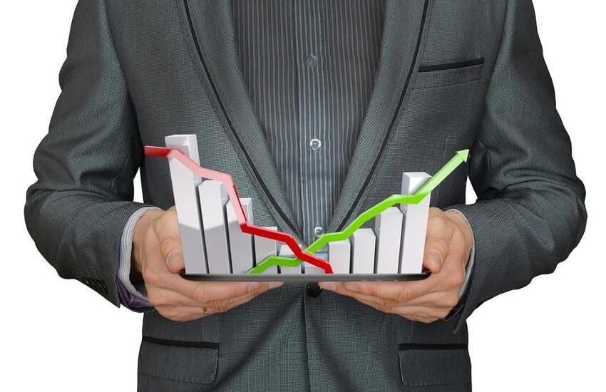 analista de dados com um gráfico na mão